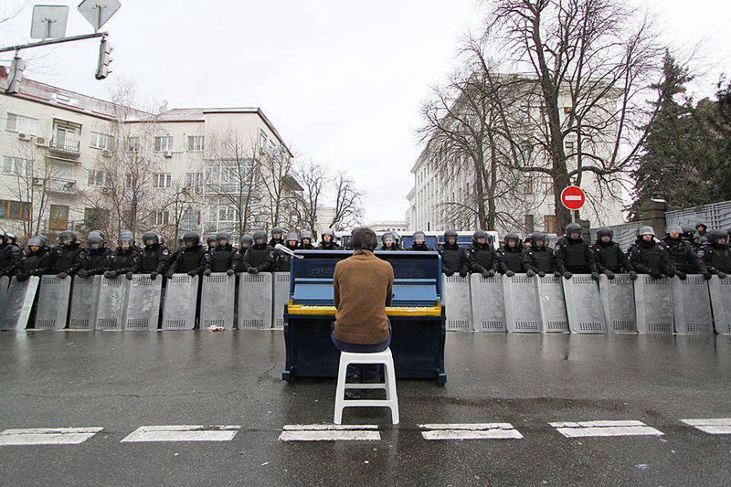 piano-player-in-kiev-protests-december-2013